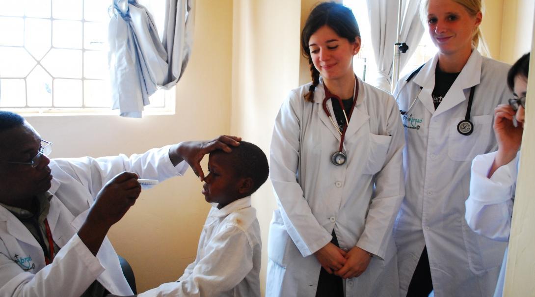 Adolescentes en un voluntariado de salud pública en Tanzania aprendiendo de doctores.